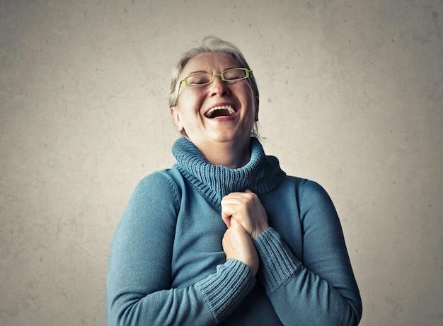 笑って幸せな年配の女性