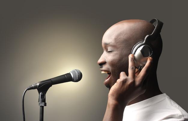 スタジオで黒の歌手