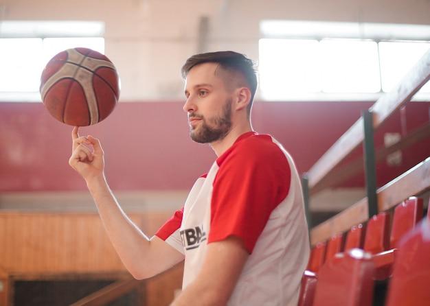 グランドスタンドのバスケットボール選手