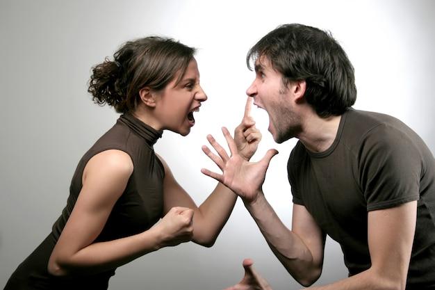 Мальчик и девочка с сердитым противостоянием