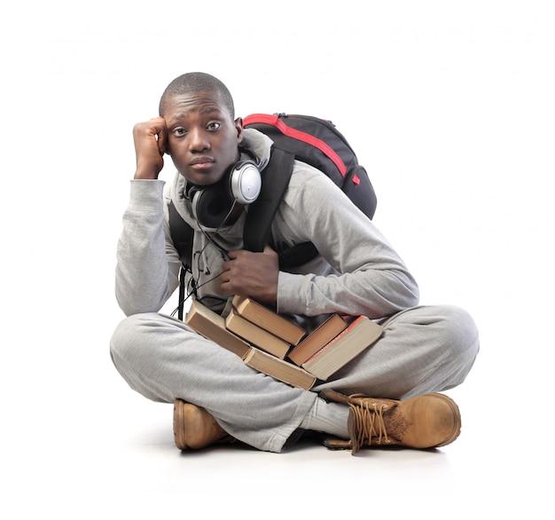 本と学生の黒人男性