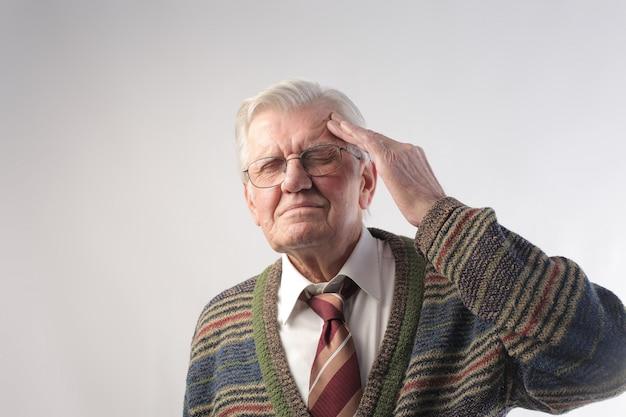 一生懸命考えている老人