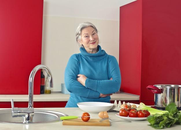 幸せな笑顔の年配の女性