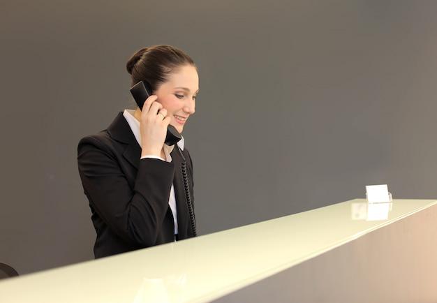 電話で話している受付係