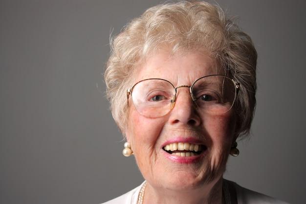 笑顔の祖母の肖像画