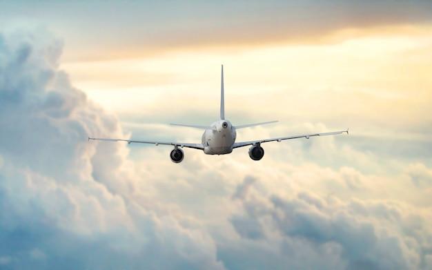 美しい空に飛行機