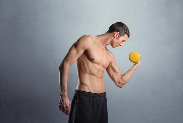 筋肉質の男のワークアウト