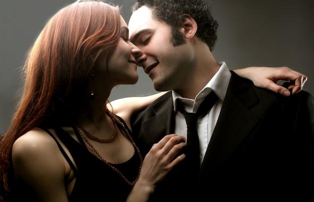 親密な若いカップル
