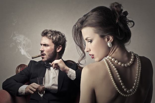 魅力的な女性を持つエレガントな男