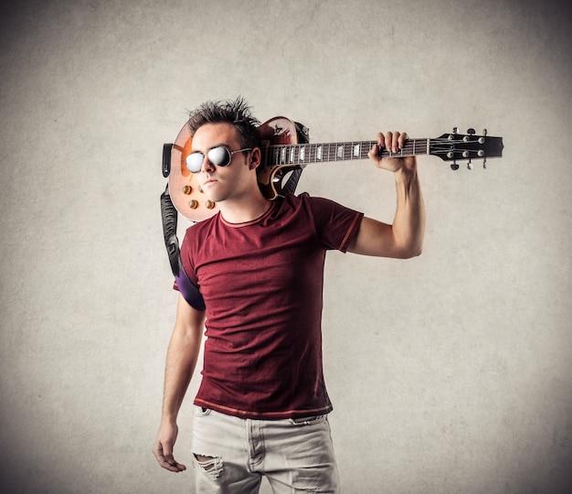ギターを持つクールな男