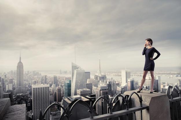 市内のエレガントな女性実業家