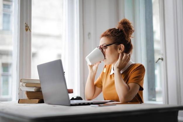 仕事をしながらコーヒーを飲む