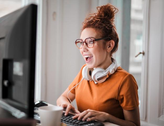 Счастливая молодая работающая девушка