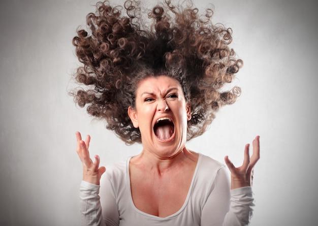 Сердитая сумасшедшая женщина