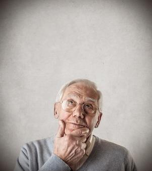 疑問に思っている年配の男性人