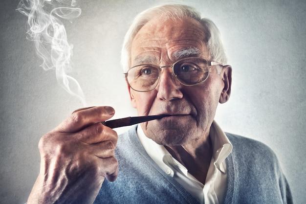 年配の男性人、パイプを吸って