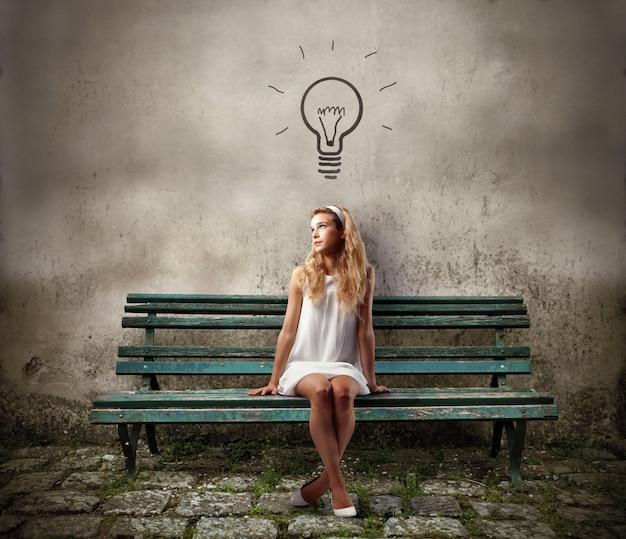 アイデアを持つ十代の少女