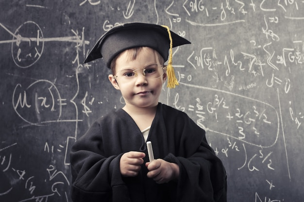 Маленький умный мальчик
