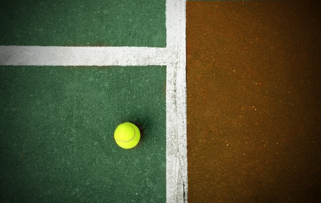裁判所のテニスボール