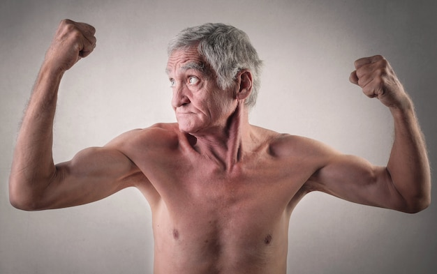 強い年配の男性