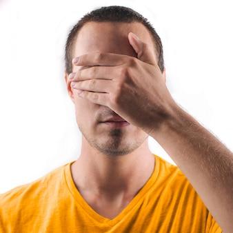 彼の目を覆っている男
