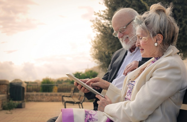 タブレットを使用して年配のカップル