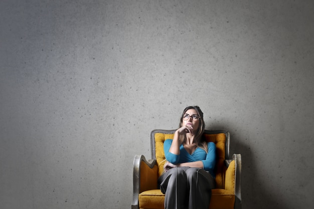 女性は肘掛け椅子について考える