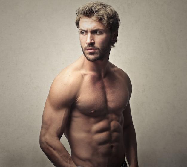 筋肉質のスポーティな男