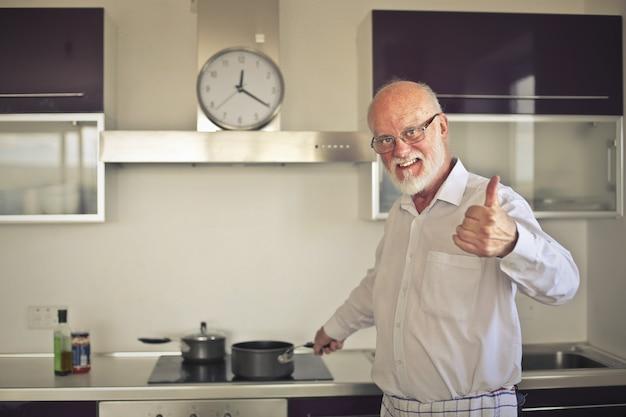 台所で年配の男性人