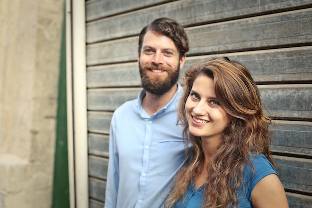 幸せな笑顔のカップル