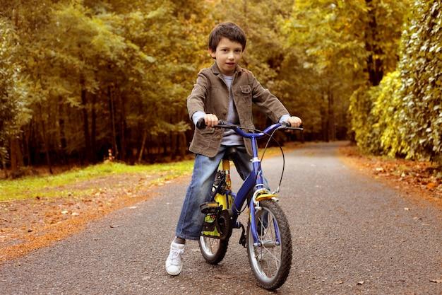 秋に自転車に乗る