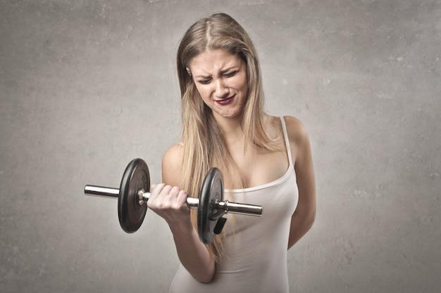 強い女性の持ち上がる重量