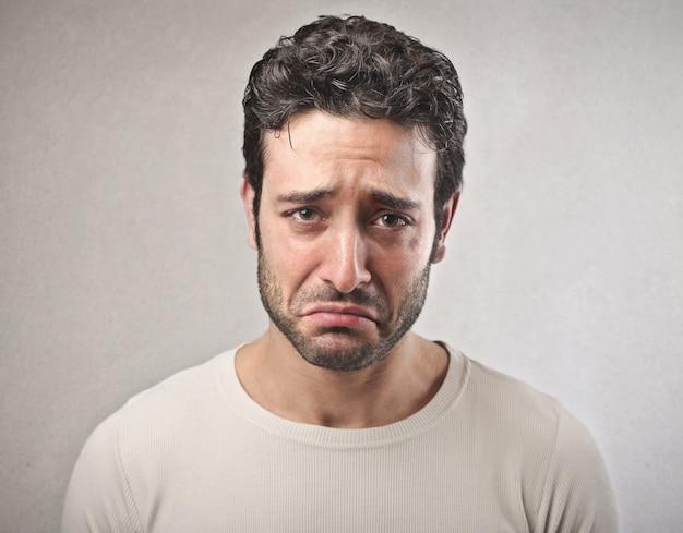泣いている悲しい男