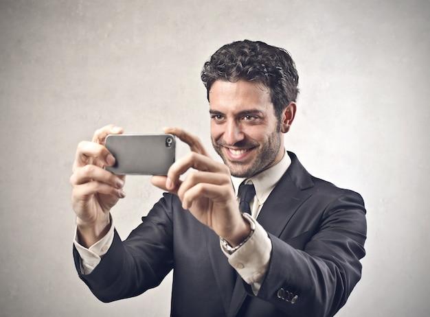 写真を撮る実業家