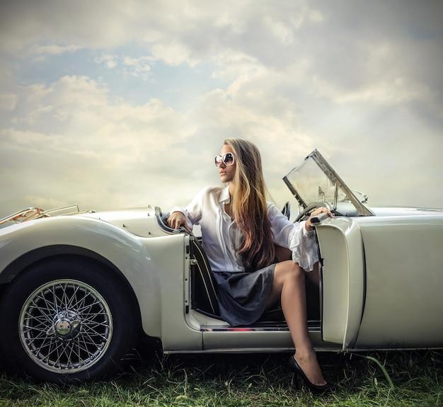 スポーツ車の中で金髪の女性