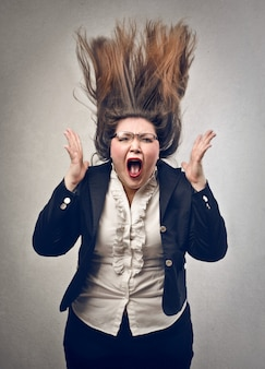 Сумасшедшая кричащая толстая женщина