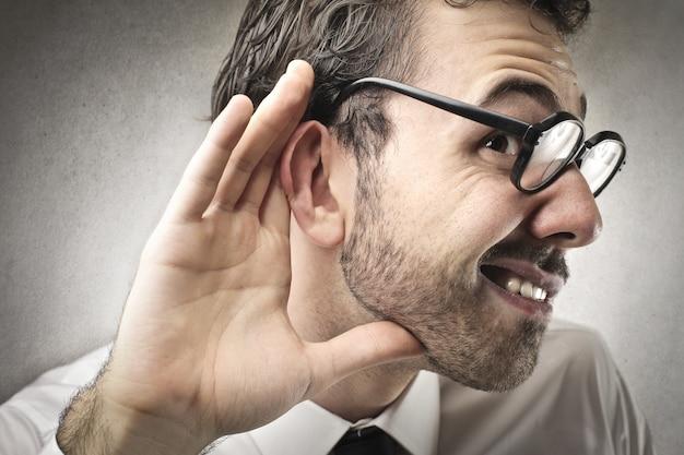 Пытаясь услышать