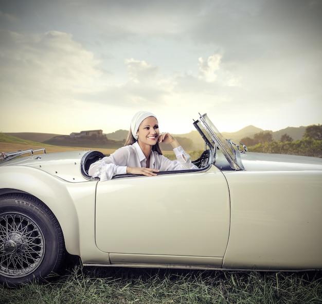 スポーツ車の中で美しい女性