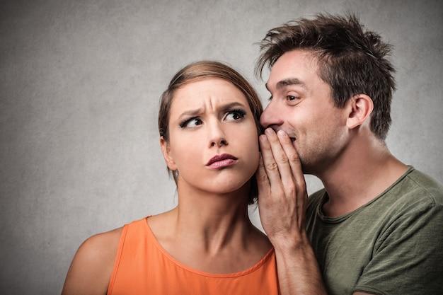 Сплетничать и делиться секретом