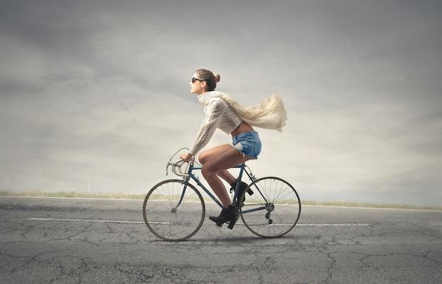 自転車に乗ってきれいな女性