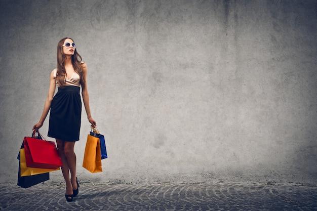 買い物袋を持つエレガントな女性