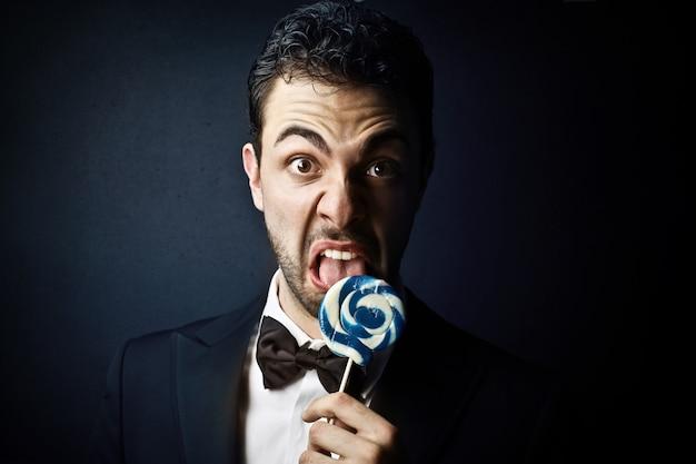 ロリポップを舐めている実業家