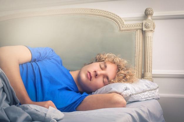 Красивый парень спит