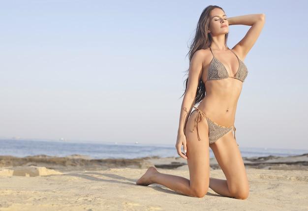 ビーチでセクシーな美しい女性