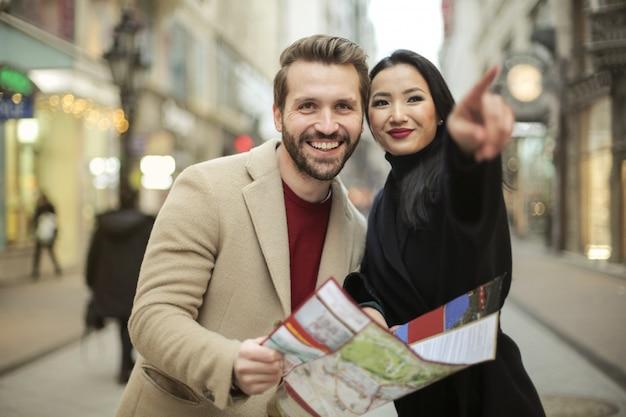 街を発見する幸せなカップル