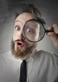 虫眼鏡を持つ男