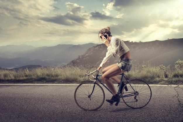 自転車に乗って電話で話す
