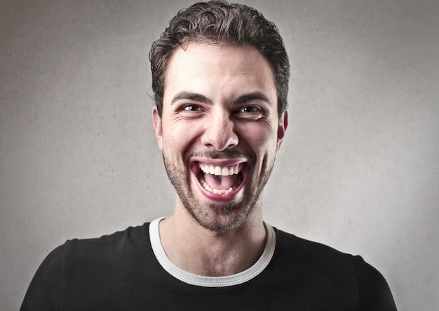 Счастливый смеющийся человек