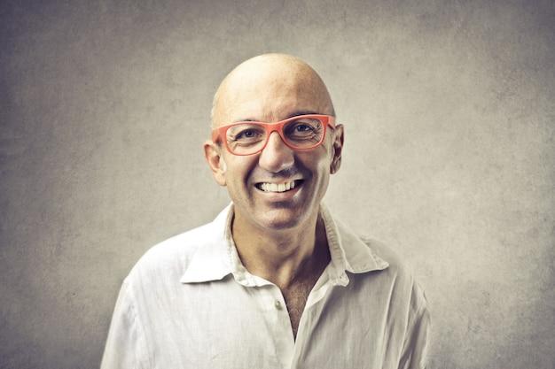 笑顔のハゲ面白い男