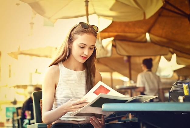 Молодая женщина смотрит в меню